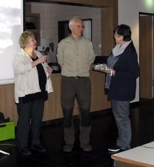Die beiden ersten Vorsitzenden Klaudia Piliptschuk und Rita Mund bedanken sich beim Heideranger Jan Brockmann