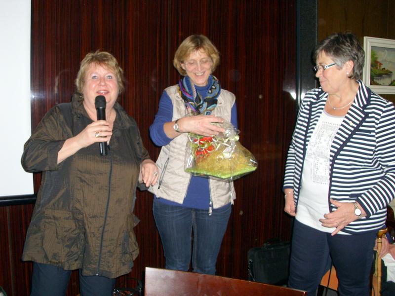 Die beiden ersten Vorsitzenden Klaudia Piliptschuk und Rita Mund danken der Referentin Sabine Dralle.