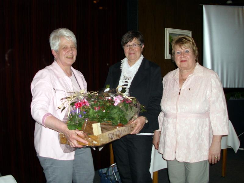 Der Vorstand bedankte sich bei Rita Mund mit einem Blumenpräsent für die geleistete Arbeit als 1. Vorsitzende
