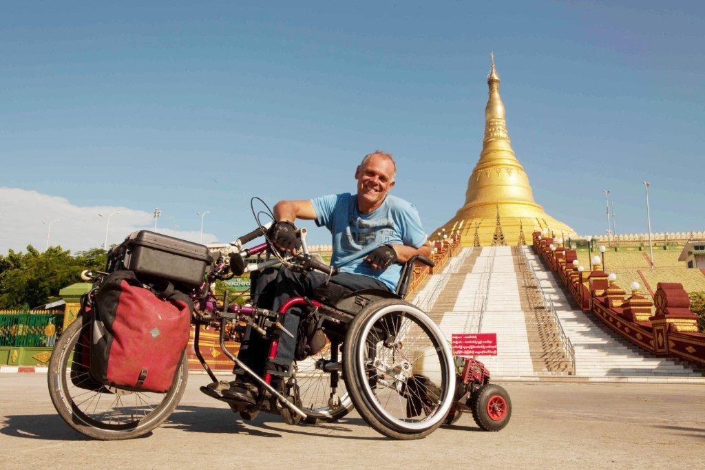 Andreas Pröve, bekannter Fotoreporter und Buchautor, verunglückte als 23jähriger und ist seitdem querschnittsgelähmt. Kurz darauf brach er im Rollstuhl zur ersten Indienreise auf und tourt bis heute, getrieben von der Lust am Entdecken, durch die Welt.