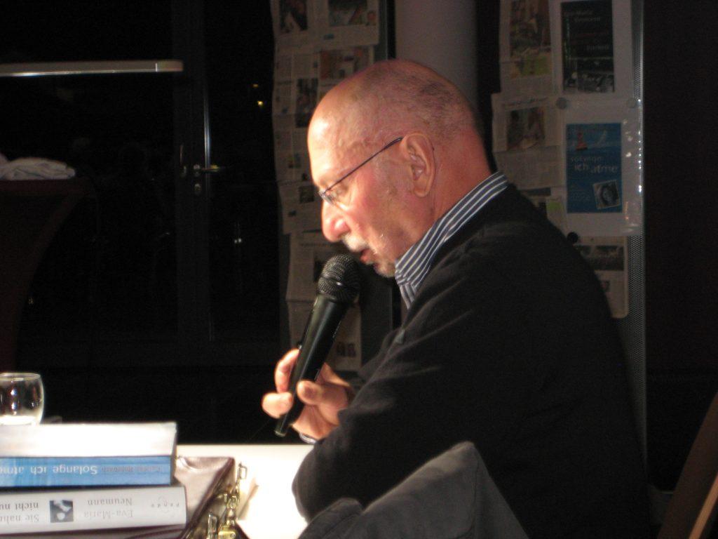 """Rainer Bischoff las und erzählte """"Gegen das Vergessen""""."""